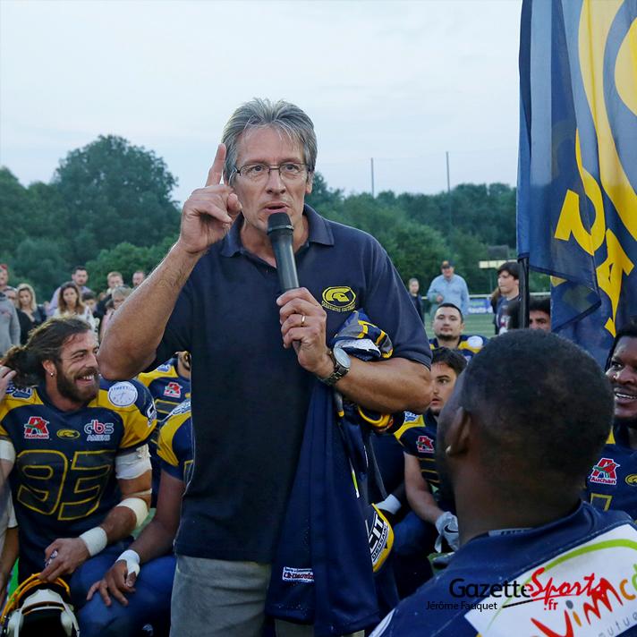 Philippe Vandurme, président du club, fait un discours à ses joueurs